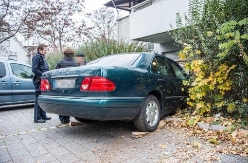 Mit Auto gegen Wohnhaus gerast
