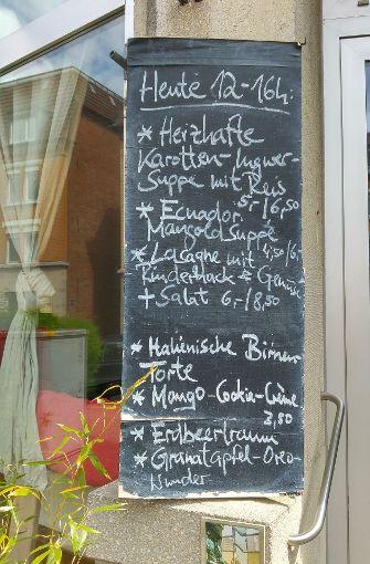 ... lockt draußen schon das Mittagessen-Angebot. Foto: Foto: Jürgen Brand