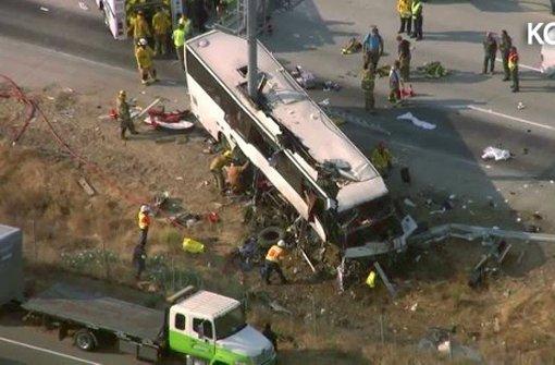 Bus bei Aufprall aufgeschlitzt