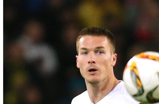 VfB-Verteidiger Sunjic lieferte sich gegen den BVB heiße Duelle, beispielsweise mit Aubameyang Foto: Baumann