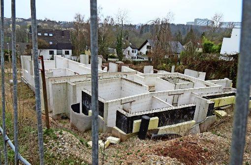 Einige Wände an dem Grundstück an der Birkheckenstraße waren bereits hochgezogen. Dann rückten die Bauarbeiter ab und kamen nie mehr zurück. Foto: Julia Bosch