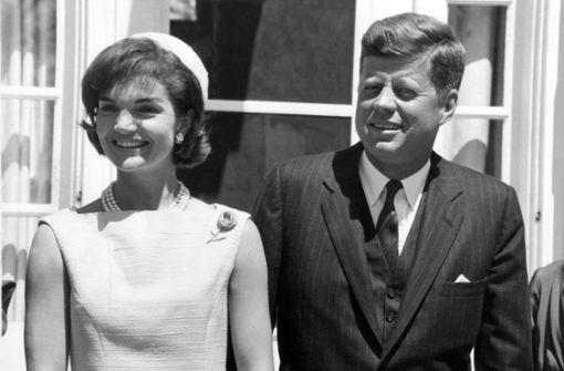 Modisches Vorbild aller späteren First Ladies: Jacqueline Kennedy. Ende der 60er Jahre galt sie als bestgekleidete Frau der Welt, was nicht zuletzt auch ihrem großzügigen Budget zu verdanken war. Jackie arbeitete mit dem Modeschöpfer Oleg Cassini zusammen, der auch die Filmgarderobe von Hollywood-Stars entwarf.  Foto: dpa
