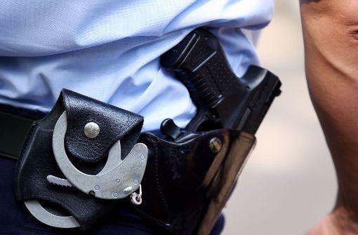 Polizisten dürfen mit ihrer Waffe auch ein Alarmsignal abgeben. Foto: dpa
