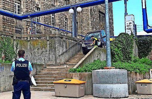 Auto landet auf der Bahnhofstreppe