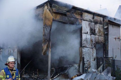 Ein Holzschuppen in der Jakobstraße in Nürtingen steht in Flammen. Foto: SDMG