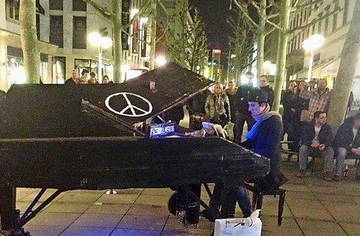 Davide Martello bei seinem Auftritt in der Oberen Königstraße Foto: ubo