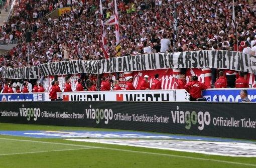 Nach einer enttäuschenden Bundesligasaison sehen die bFans des VfB Stuttgart/b dem DFB-Pokalfinale am 1. Juni positiv entgegen: Chancenlos? Mit erhobenem Haupt den Bayern in den Arsch treten, steht auf einem Banner geschrieben.   Foto: Pressefoto Baumann