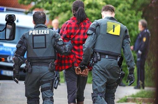 Zwei Fahnder bringen am frühen Dienstagmorgen einen Verdächtigen zur Kontrolle der Personalien Foto: Gottfried Stoppel