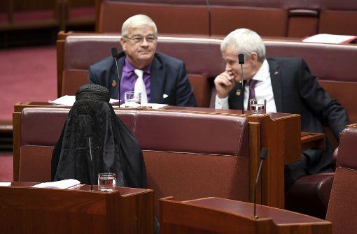 Rechte Politikerin kommt in Burka gekleidet