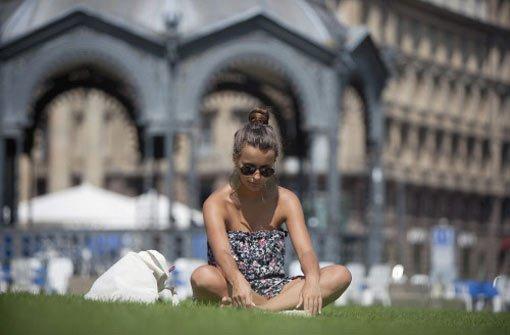 Sommer in Stuttgart: Ein Plätzchen, um die Sonne zu genießen, findet sich sicher am Schlossplatz. Wo man sonst noch den Sommer genießen kann, lesen Sie in unserer Übersicht. Foto: Steinert
