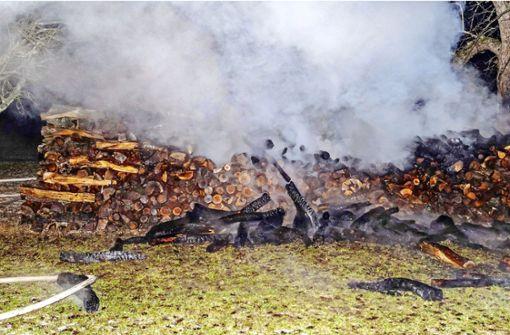 Holzstapel gehen in Flammen auf