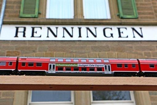 Die Anhänger der Hesse-Bahn haben den Calex-Eilzug von Stuttgart nach Calw schon mal als Miniatur gebastelt und vor dem Renninger Bahnhof fotografiert. Foto: Bürgeraktion Baus