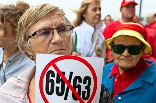 """Protest gegen die Rentenreform: die ersten Pläne sahen vor, das Rentenalter für Frauen von 55 auf 63, für Männer von 60 auf 65 zu erhöhen. Dass Frauen acht Jahre länger arbeiten sollten und Männer nur fünf, empfand Präsident Putin als """"nicht richtig"""". Jetzt sollen alle  fünf Jahre länger schuften. Foto: AP"""