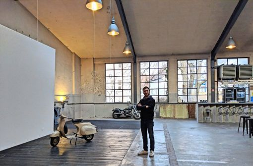 Max Leitner in der Garage229, wo er zwei Tage lang seine Werke zeigt. Foto: Jürgen Brand
