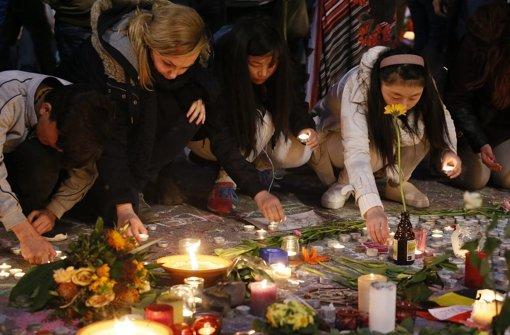 In Gedenken an die Terroropfer zünden Menschen in Brüssel Kerzen an. Foto: dpa