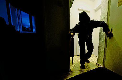 Ein Einbrecher hat eine 13-Jährige in einer Wohnung in Heidelberg überfallen und gefesselt. (Symbolbild) Foto: dpa