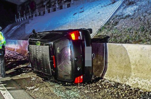Auto kippt bei Unfall auf die Seite