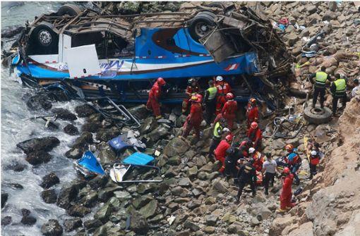 Bus stürzt von Klippe – mehrere Tote