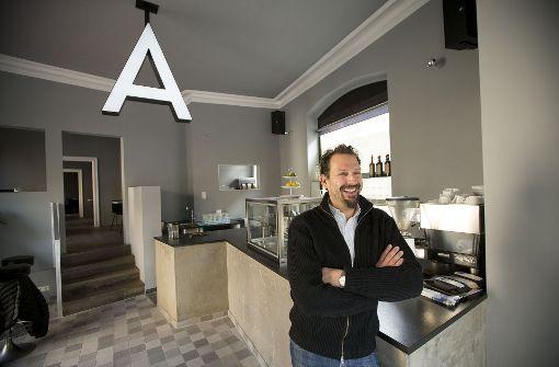 Lutz Metzger hat gut lachen: Nach vier Jahren hat er seine Apotheke eröffnet. Foto: Lichtgut/Leif Piechowski