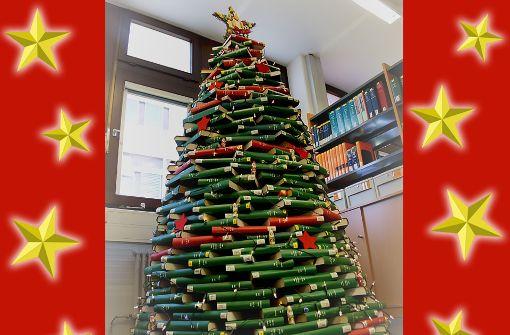 Wie aus Büchern ein Christbaum wird