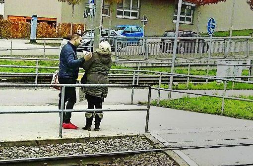 Mit Klemmbrett und Körpernähe: Ein dubioser Spendensammler am Bahnhof Möhringen Foto: Obst