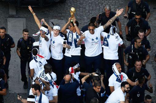 Benjamin Pavard feiert den WM-Titel oben ohne