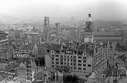 Die Innenstadt, eine Trümmerwüste: Zu sehen sind die Türme der Stiftskirche und des Rathauses, im Dunst hinten ist  der Bahnhofsturm zu erkennen Foto: dpa