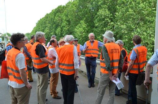 Stadtplaner Uwe Stuckenbrock erklärt den Teilnehmern des Stadtteilspaziergangs die Beschaffenheit des Geländes. Foto: Martin Braun