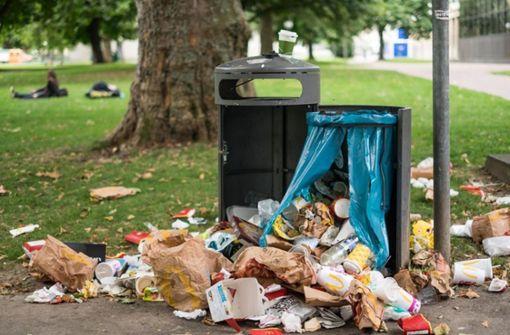 Die Schattenseite des schönen Wetters: überquellende Mülltonnen. Kaum jemand, nimmt seinen Müll mit nachhause. Foto: Lichtgut/Max Kovalenko
