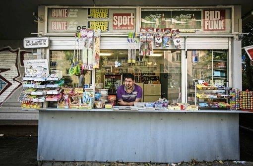Lebt seinen Traum vom eigenen Kiosk: Ronny Toma Yelda in seiner Bude am Vogelsang. Foto: Lichtgut/Leif Piechowski