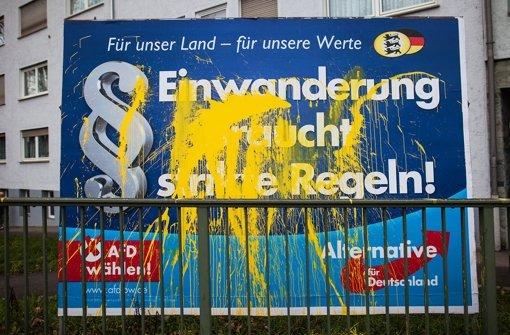 Ein beschmiertes Plakat der AfD in Stuttgart – die Rechtspartei ist von Vandalismus besonders betroffen, zeigt die Fälle aber kaum bei der Polizei an. Foto: dpa