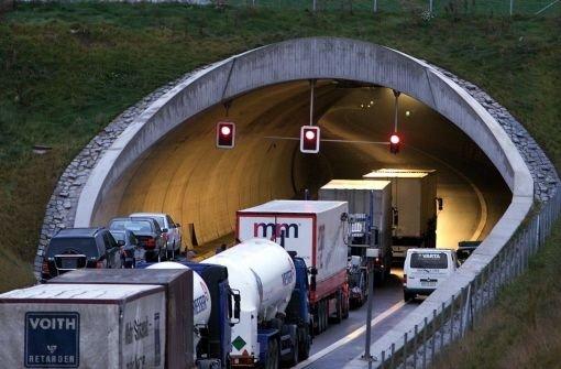 Der Engelbergtunnel ist eine Dauerbaustelle. Grund dafür ist Wasser, welches hohe Reparaturkosten verursacht. Noch eine Woche wird nachts von 23 bis 6 Uhr gebaut.  Foto: Kern