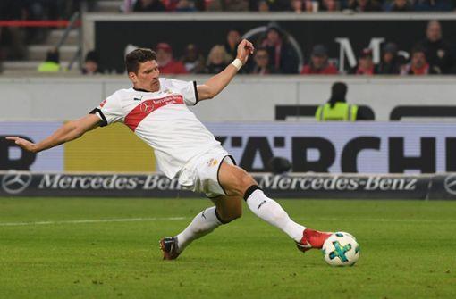 bMario Gomez:/b Auf den Rückkehrer wurde besonders geschaut. Die neue Nummer 27 des VfB ließ sich nicht beirren. Er spielte unaufgeregt. Zunächst als der Mann im Sturmzentrum, der die Bälle für seine Mitspieler ablegte. Auch als derjenige, der Lücken für andere riss. Und zuletzt tauchte er gefährlich in seinem Revier auf – im gegnerischen Strafraum. Den Treffer zum 1:0 erzielte er zwar nicht selbst, ohne seinen großen Willen wäre das Eigentor aber auch nicht gefallen. Note 3 Foto: dpa
