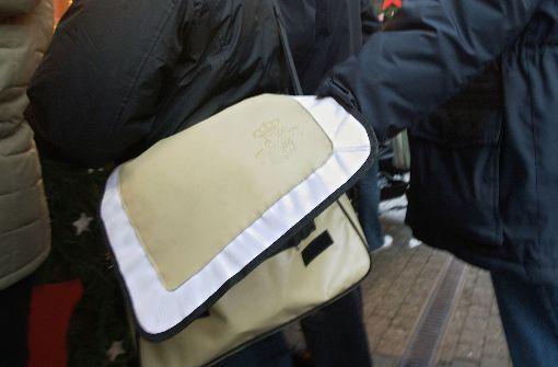 Der Griff in die Tasche: Die Täterkreise scheinen sich zu verändern, stellt die Polizei fest. Foto: Achim Zweygarth