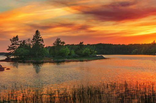 Dem Sonnenuntergang entgegen radeln. So schön, ist ein Fahrradurlaub in Schweden. Foto: shutterstock/Stefan Holm