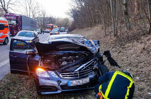 Opel rutscht auf dem Dach über Autobahn