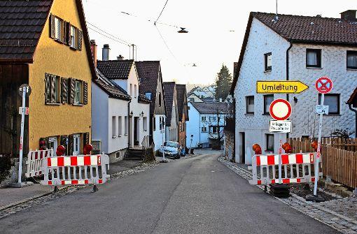 An der Tuttlinger Straße haben sich mysteriöse Dinge zugetragen. Jede Menge Schilder – aber wofür? Foto: Caroline Holowiecki