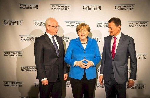 Bundeskanzlerin Dr. Angela Merkel mit Dr. Richard Rebmann (links), Vorsitzender der SWMH-Geschäftsführung, und Dr. Christoph Reisinger, Chefredakteur der Stuttgarter Nachrichten, in der Liederhalle in Stuttgart. Foto: Lichtgut/Achim Zweygarth