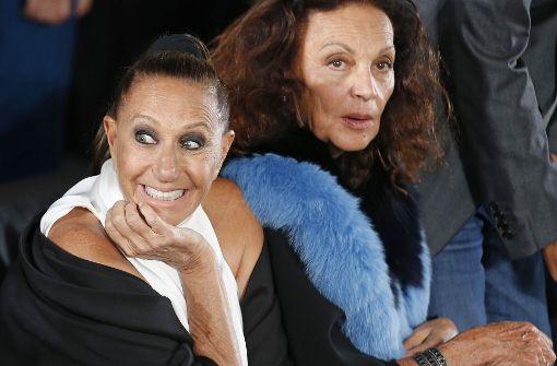 Die beiden Designerinnen Donna Karan (links) und Diane von Furstenberg nahmen nebeneinander in der ersten Reihe Platz. Foto: AP