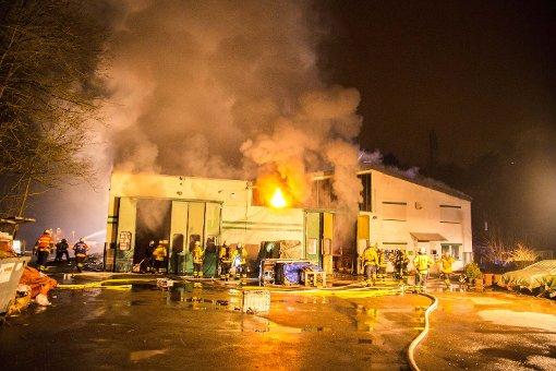 In Schwieberdingen ist am späten Dienstagabend eine Lagerhalle abgebrannt. Foto: www.7aktuell.de   Simon Adomat