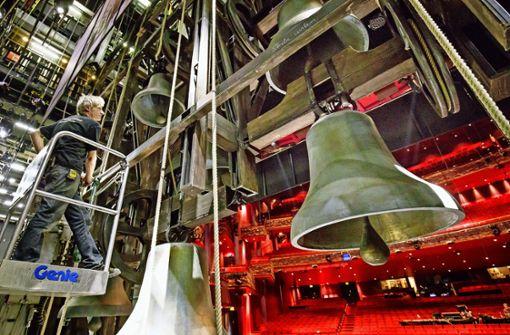 Die meterhohen Glocken sind aus Pappe