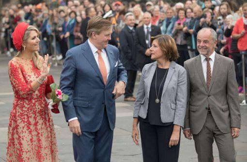 Ministerpräsidentin Malu Dreyer (SPD) und ihr Mann Klaus Jensen begleiteten die Niederländer zum Wahrzeichen von Trier. Foto: dpa