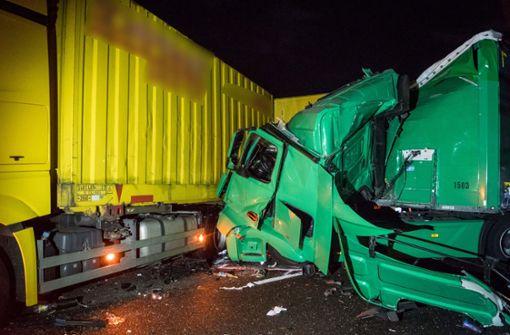 Drei Verletzte bei Auffahrunfall mit mehreren Lkw