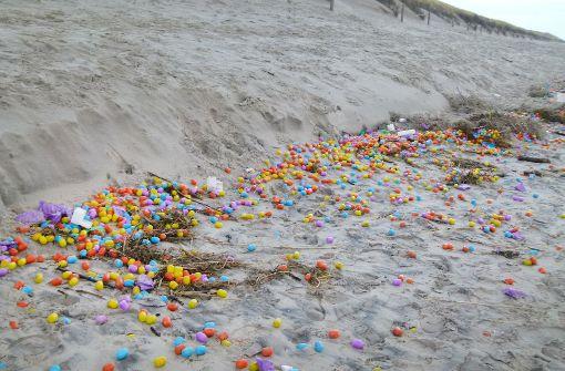 Spielzeugeier und Lego-Steine am Strand