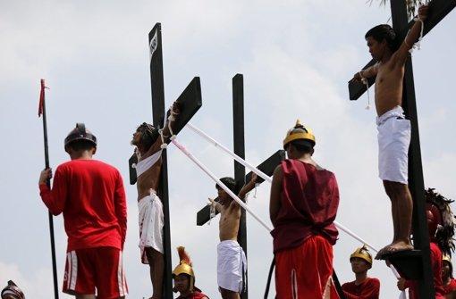 Tausende besuchen Karfreitags-Kreuzigungen