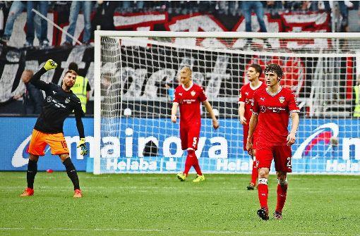 Geballter Frust: der VfB-Torhüter Ron-Robert Zieler (links) schimpft nach dem späten Gegentor zum 1:2 auf seine Vorderleute. Foto: Baumann