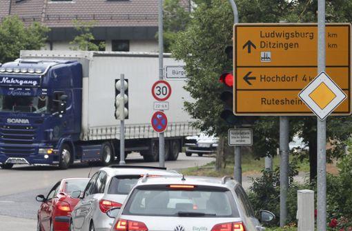 In Heimerdingen stehen die Autos regelmäßig – auch wenn die Ampel Grün zeigt. Foto: factum/Granville
