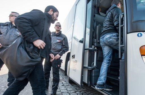 Flüchtlinge steigen am Donnerstag nahe Regenstauf in einen Bus. Der Landshuter Landrat Dreier schickte den Bus mit Flüchtlingen zum Kanzleramt nach Berlin. Foto: dpa
