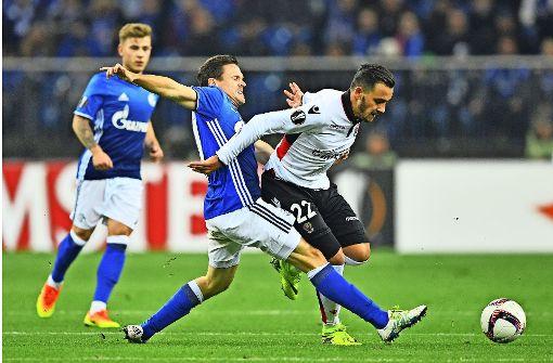 Anastasios Donis (re.) zieht im Europa-League-Spiel auf Schalke an Sascha Riether vorbei. Foto: Getty
