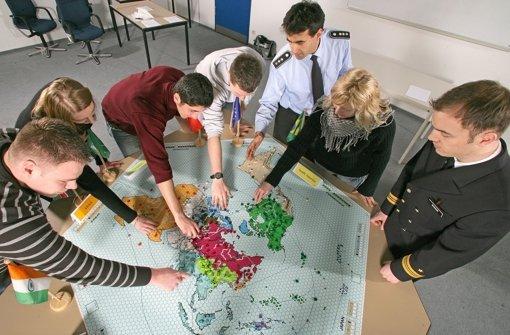 Jugendoffiziere und Schüler bei einem Strategiespiel. Foto: dpa